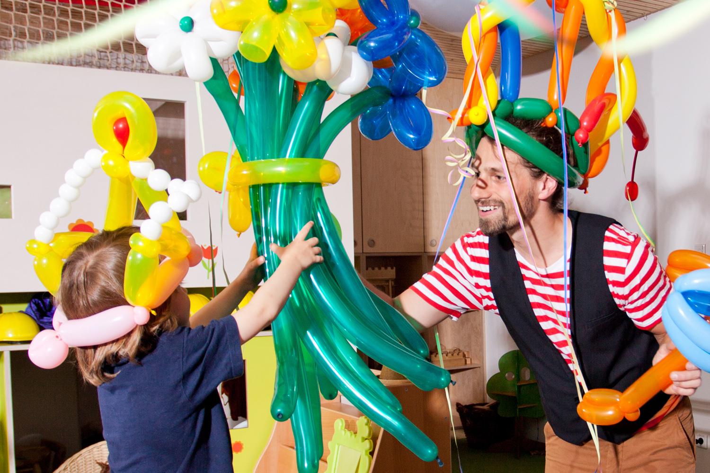Mr. Rubelli der Ballonkünstler knotet Luftballons zu Blumensträußen