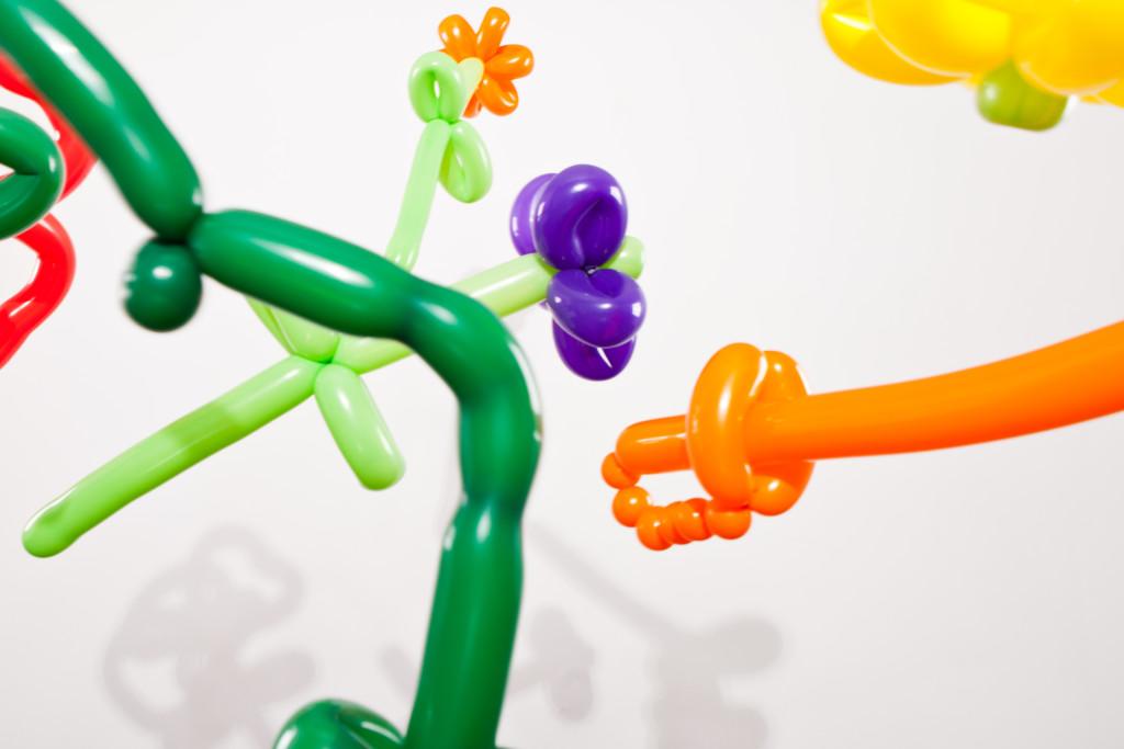 Luftballon-Schwerter und Ballon-Blumen
