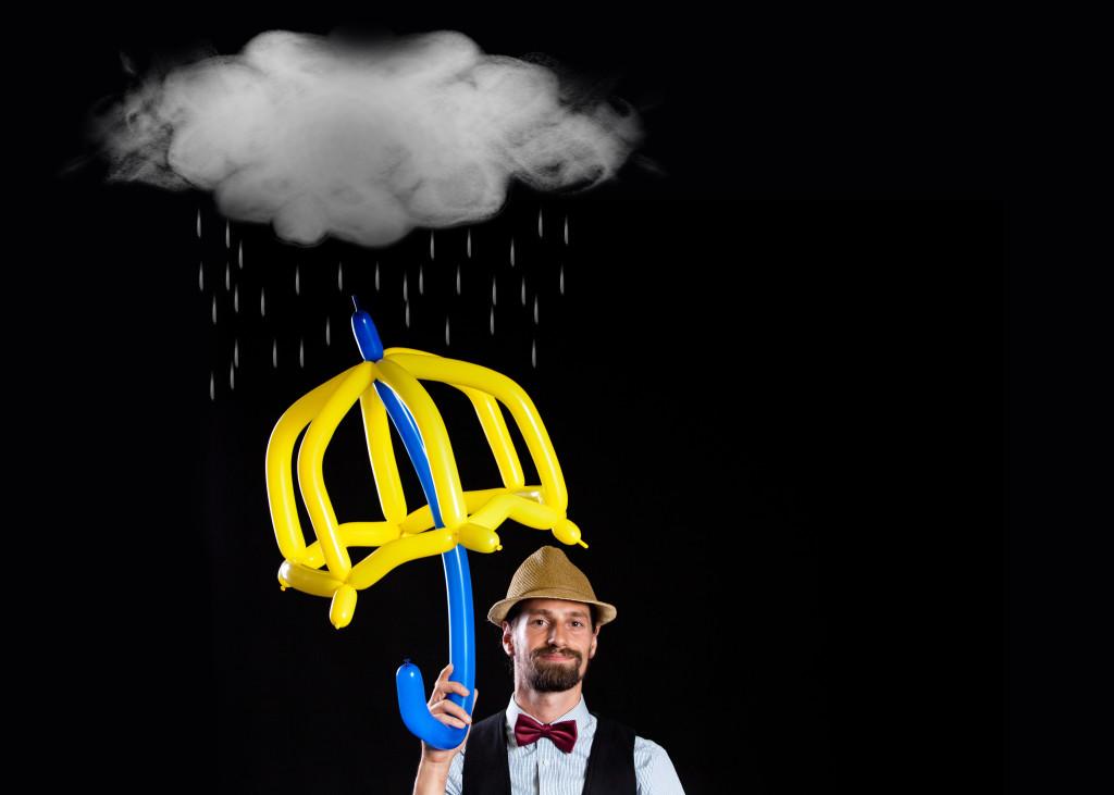 Ballonkünstler mit Luftballon-Regenschirm