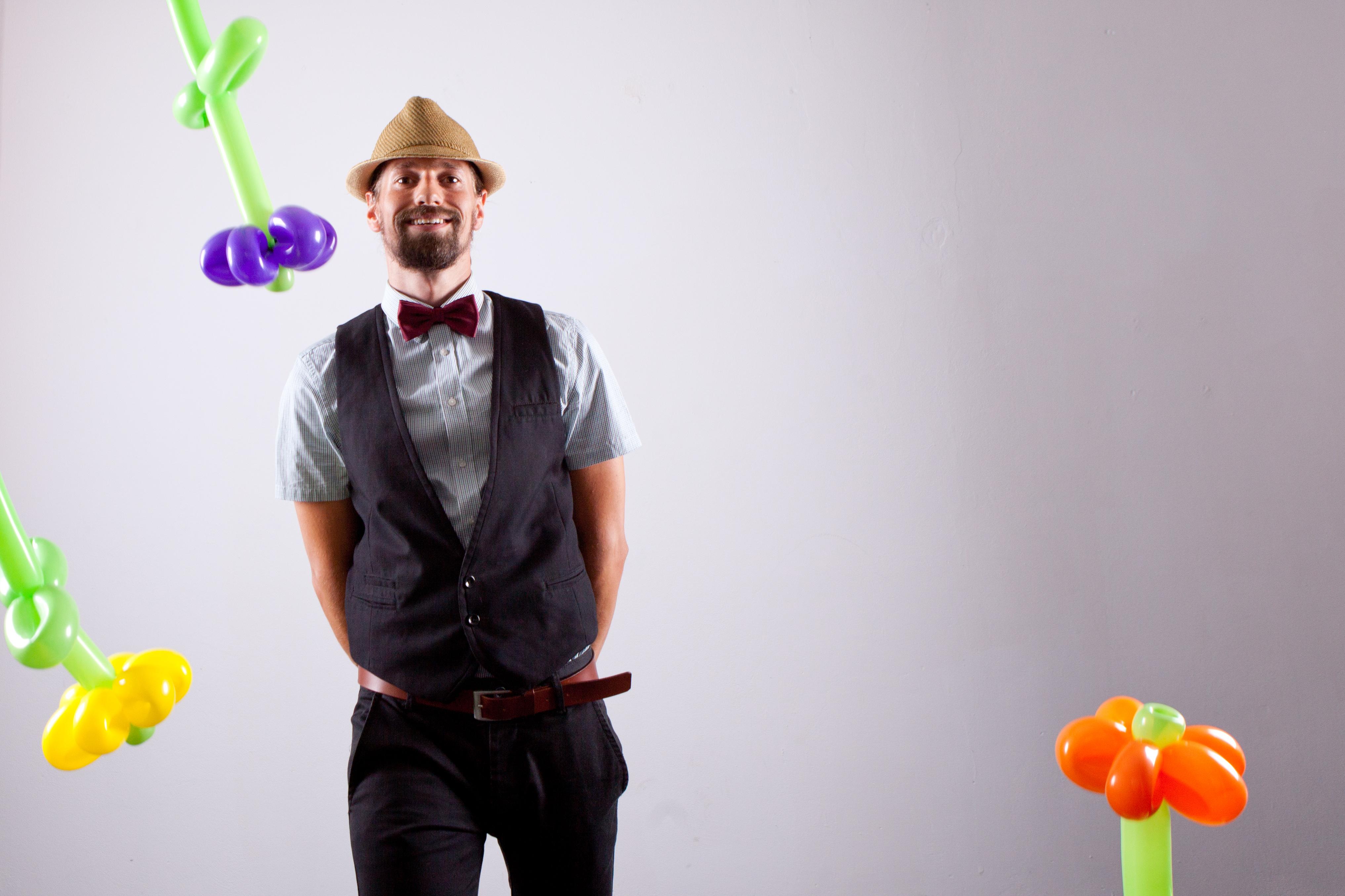 Mister Rubelli knotet Luftballons für Ihre Firmenfeier